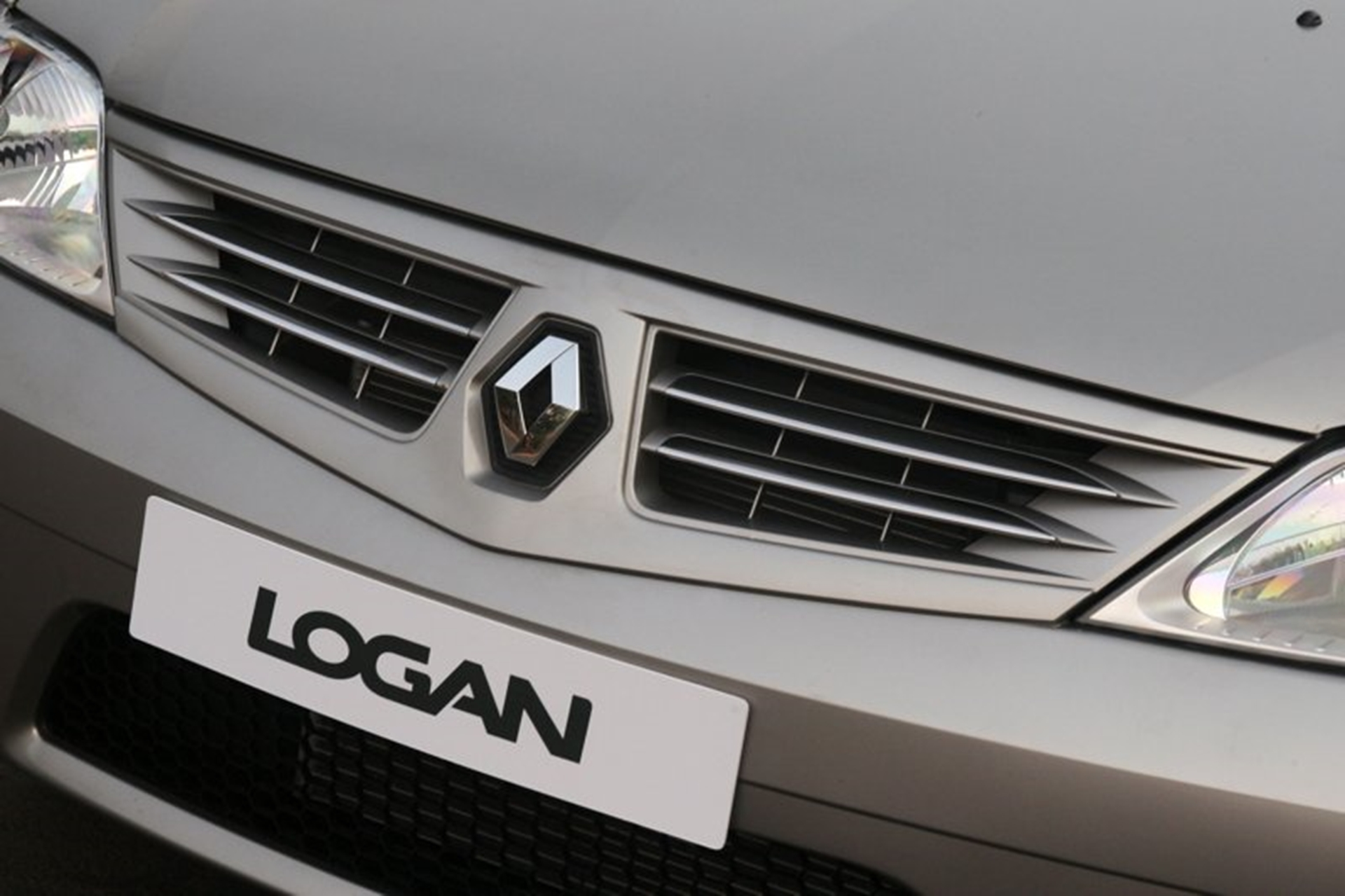 Renault Logan Logo and Grill
