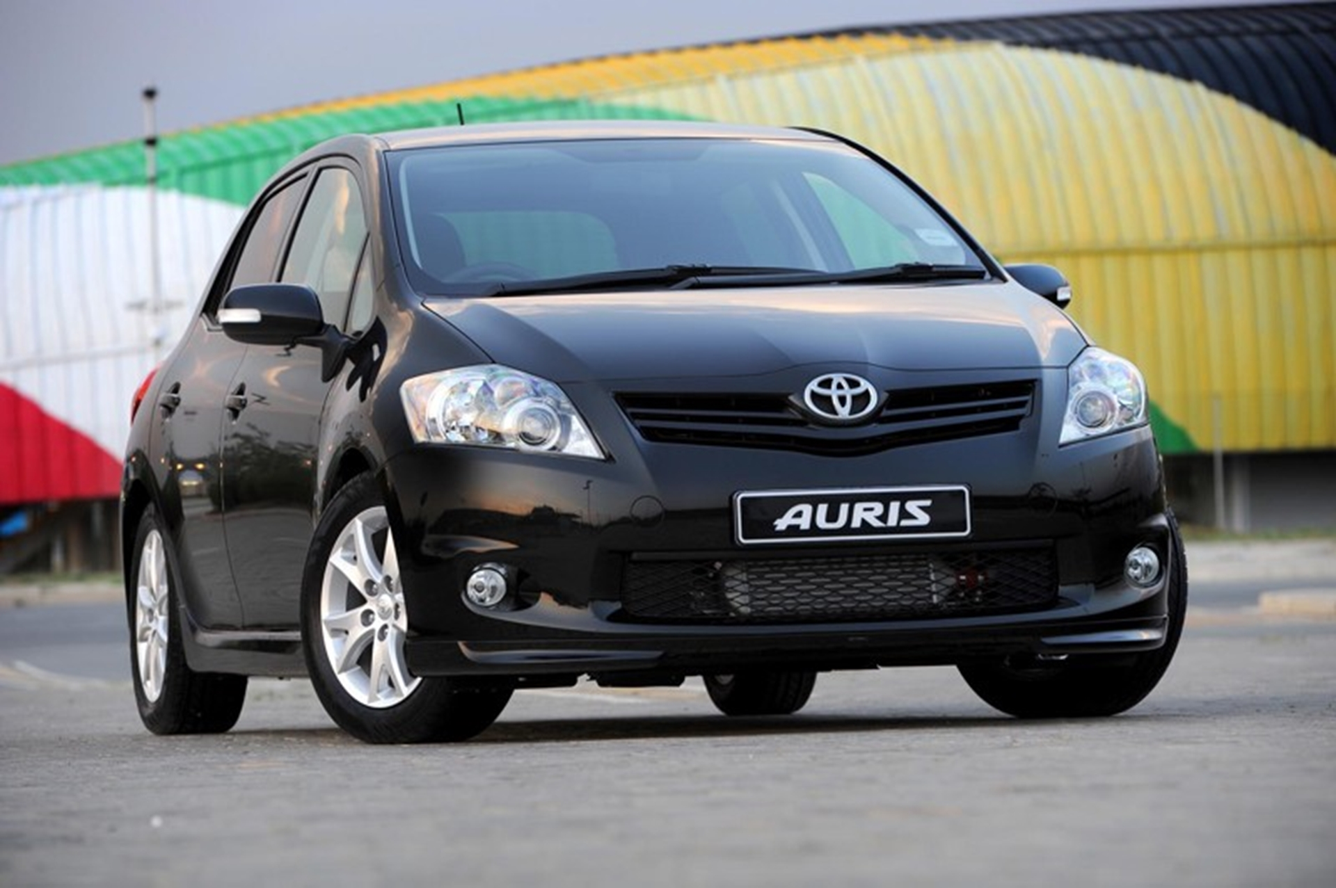 opposites attract toyota auris hsd and trd. Black Bedroom Furniture Sets. Home Design Ideas