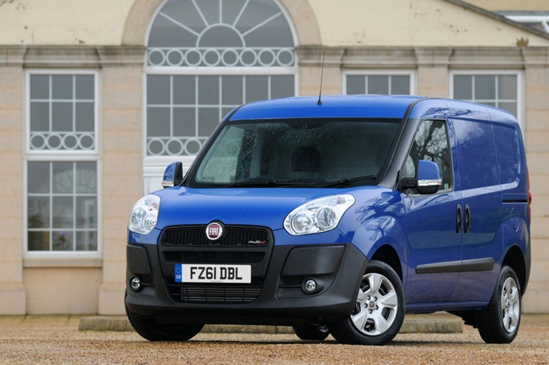 FIAT DOBLÒ CARGO NAMED WHAT VAN? LIGHT VAN OF THE YEAR FOR A SECOND TIME