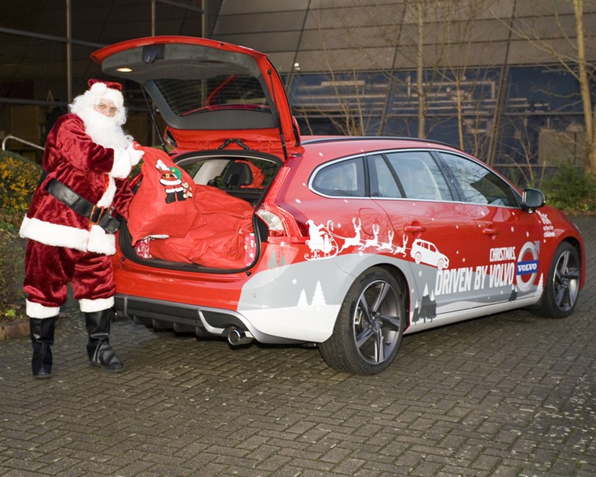 Father Christmas pictured with the Volvo V60 DRIVe R-Design