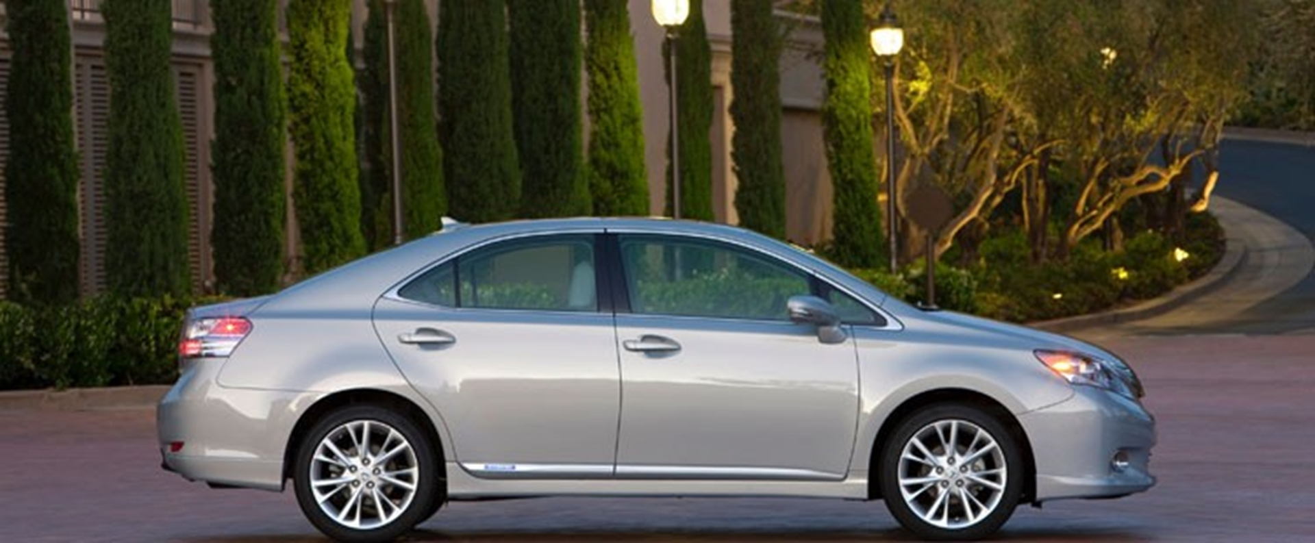 lexus hs 250h hybrid luxury sedan offers low emissions and comfort. Black Bedroom Furniture Sets. Home Design Ideas