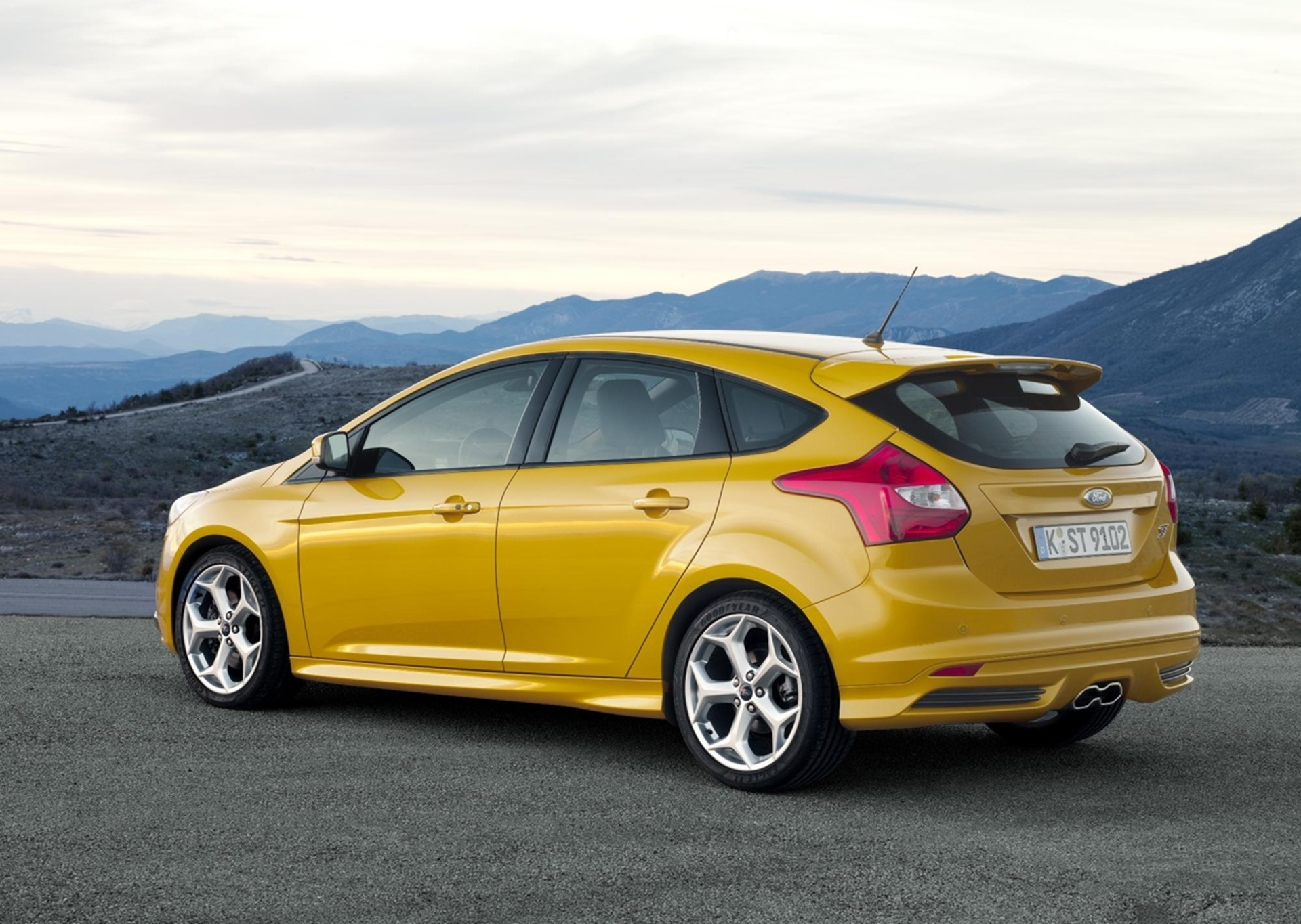 1st Fastest Car >> NEW FOCUS ST: FORD'S FASTEST FOCUS DEBUTS AS FIRST GLOBAL PERFORMANCE CAR