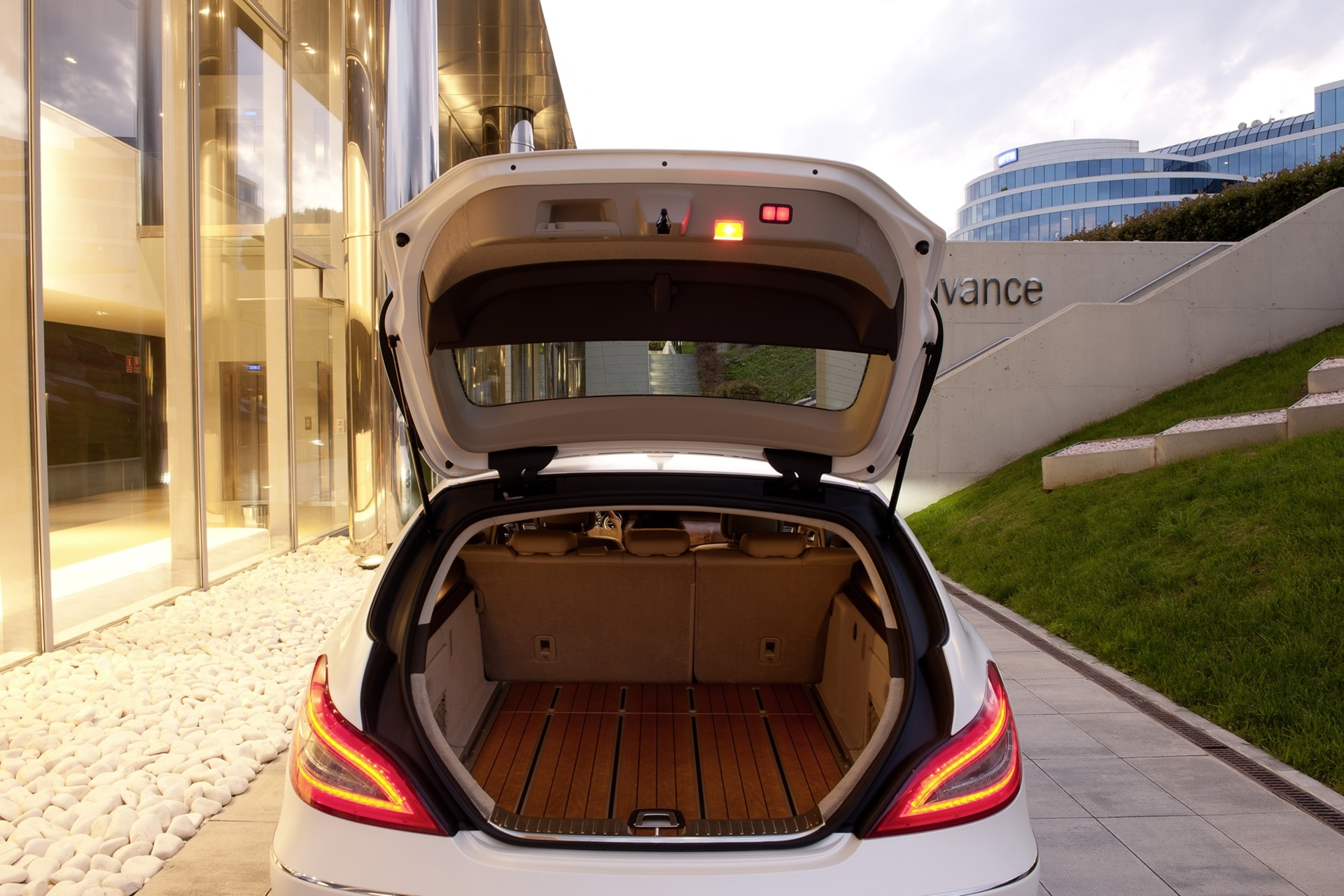 mercedes benz cls shooting brake wooden luggage compartment floor. Black Bedroom Furniture Sets. Home Design Ideas