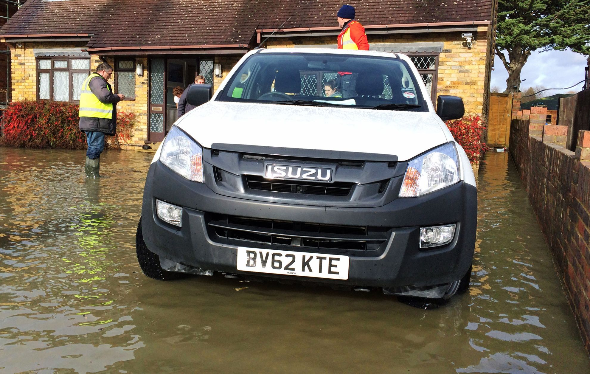 Isuzu-helps-flood-victims