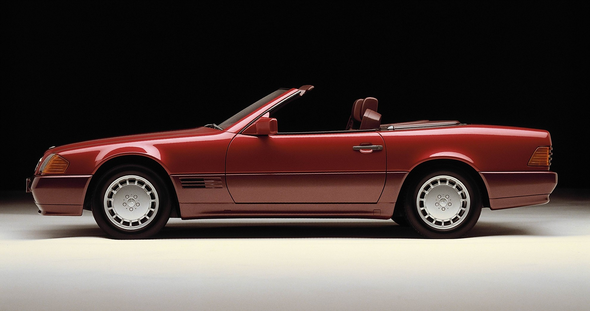 Mercedes benz sl r129 celebrates 25 years for Mercedes benz classic cars