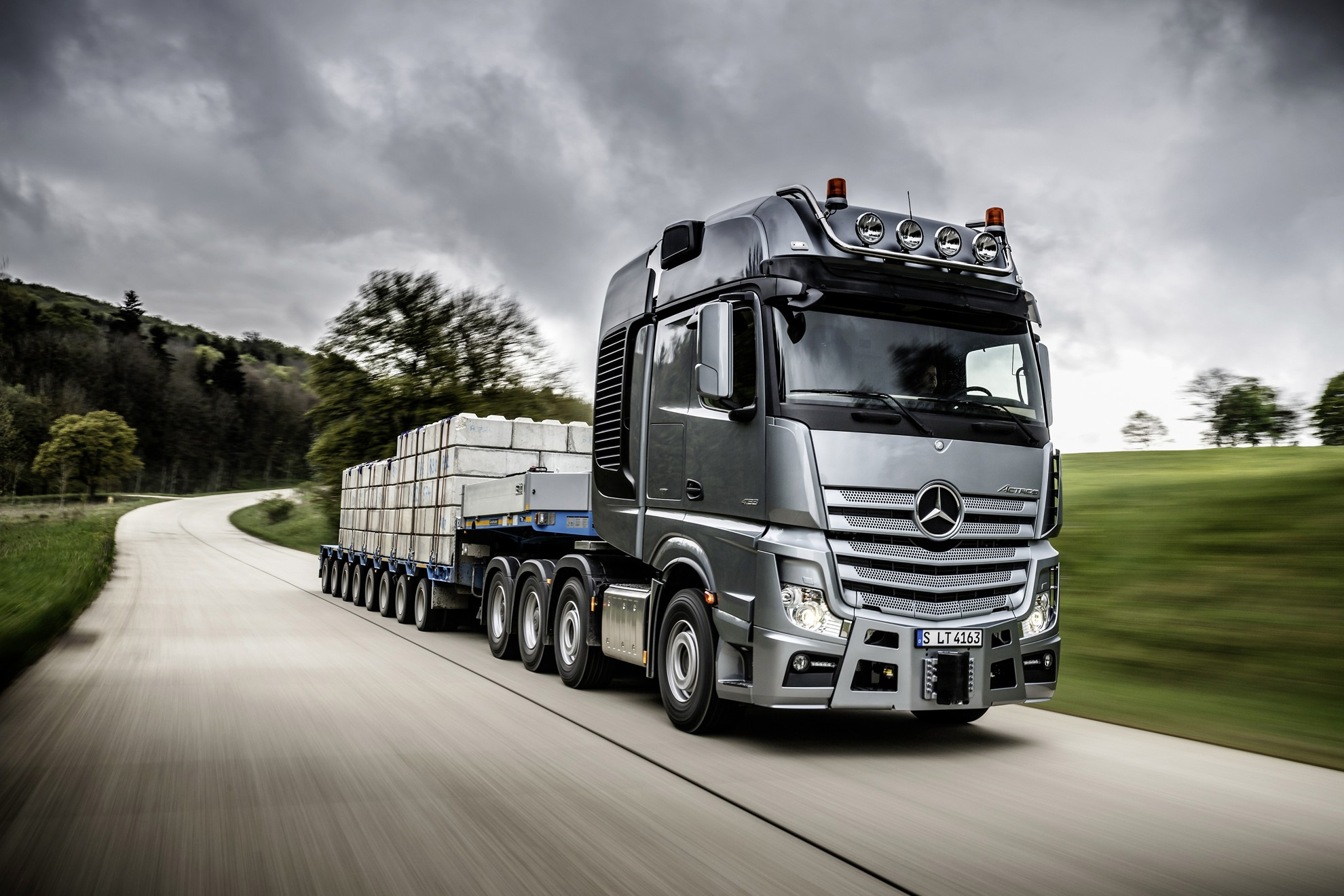Image gallery mercedes benz semi trucks 2015 for Mercedes benz semi trucks