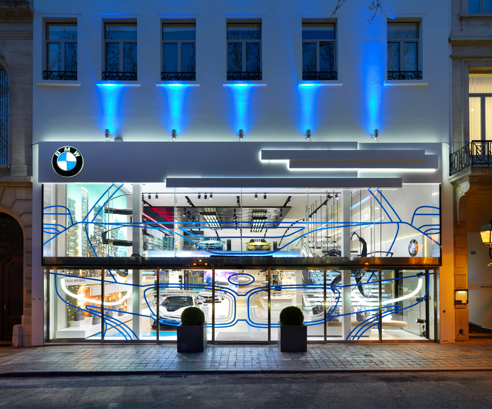 Bmw brand store in brussels earns iconic award 2014 for Interior design retail agency