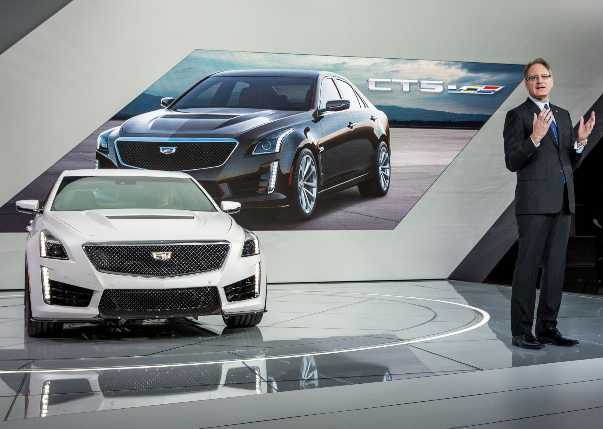 Cadillac-unveils 2016-CTS-V-on-eve-of-New-York-Motor-Show-1