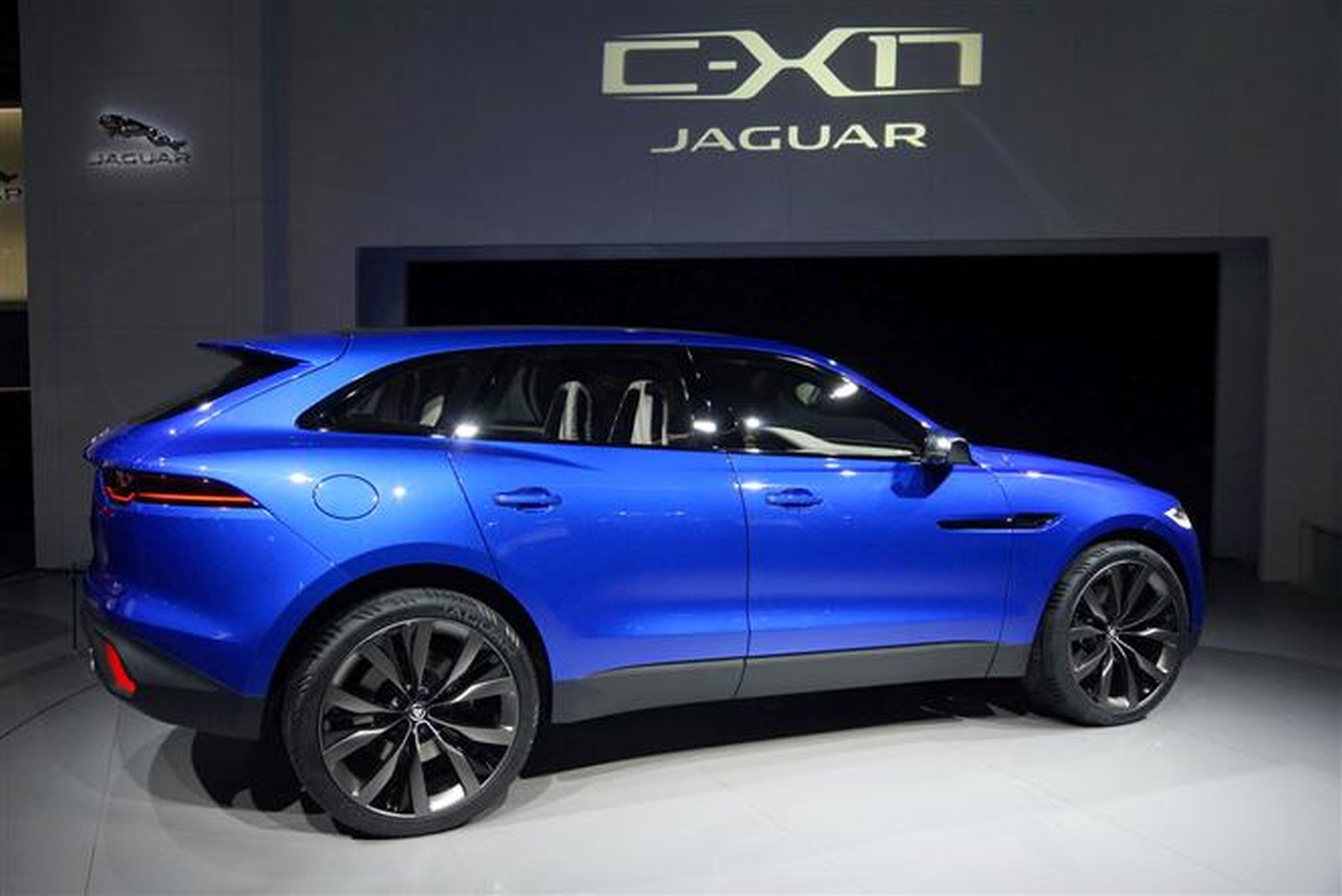 jaguar f pace sets guinness world record with loop the loop. Black Bedroom Furniture Sets. Home Design Ideas